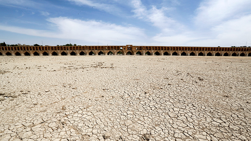 Brücke führt über komplett ausgetrocknetes Flussbett