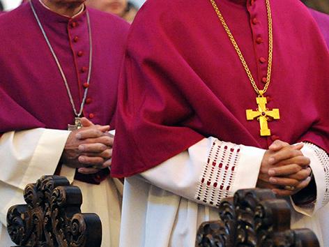 Katholische Bischöfe mit gefalteten Händen