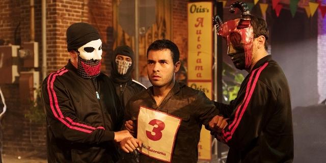Die Purge-Nacht auf der Strasse. Maskierte Männer.