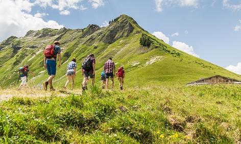 Eine Gruppe von Wanderen in den Bergen Tirols