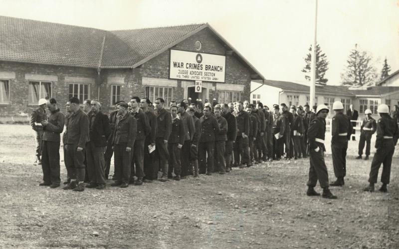 SS-Angehörige, die im KZ Mauthausen tätig waren, vor dem US-Militärgericht in Dachau