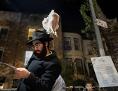 Ein orthodoxer Jude hält beim Kapparot-Ritual ein Huhn über seinen Kopf