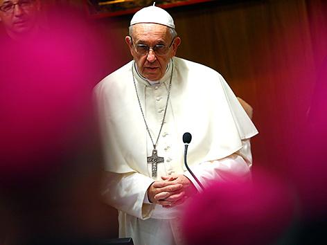 Papst Franziskus mit Bischöfen