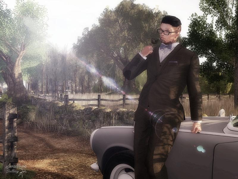 """Ein männlicher Avatar in """"Second Life"""" posiert mit einem Anzug vor einem Oldtimer, im Hintergrund sonnenbestrahlte Natur."""