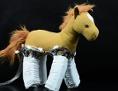 Stofftier mit Roboterhaut auf den Beinen