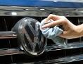 Ein Fahrzeug des Autoherstellers VW wird bei der Hauptversammlung 2018 der Volkswagen AG auf dem Berliner Messegelände auf Hochglanz poliert