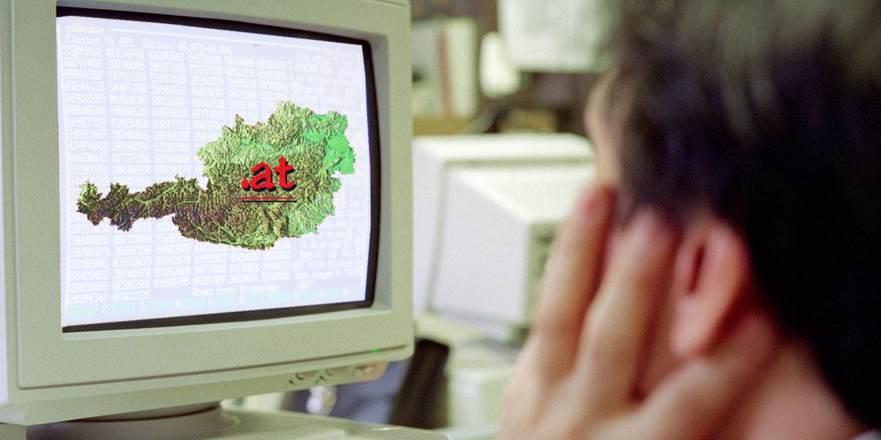 Alter Computer mit Österreich-Karte am Bildschirm