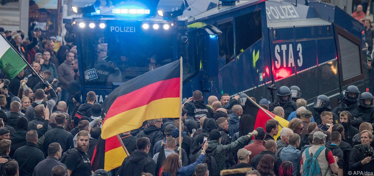 Rechte Kundgebung, Polizei und Gegendemonstranten in CHemnitz