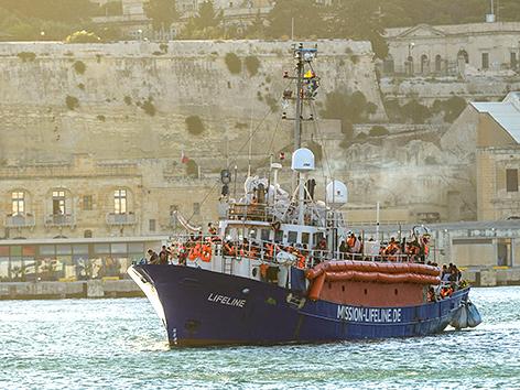 """Das deutsche Seenotrettungsschiff """"Lifeline"""" mit 234 Geflüchteten an Bord im Hafen von Valletta, Malta, Juni 2018"""