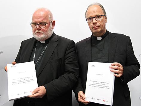 Die deutschen Bischöfe Reinhard Marx (li.) und Stephan Ackermann mit der Missbrauchsstudie