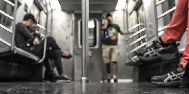 Mensch in einem U-Bahn-Zug
