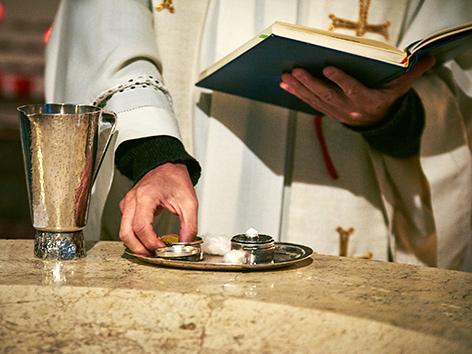 Ein Priester bereitet die Messe vor