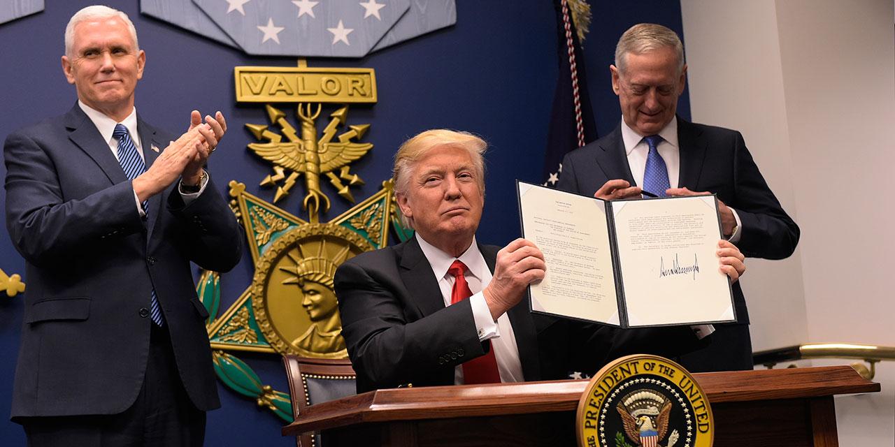 Trump zeigt seine Unterschrift unter ein Dekret