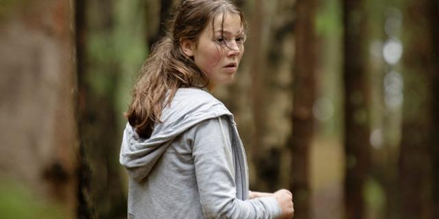 """Protagonistin des Films """"Utøya 22. Juli"""" im Wald"""