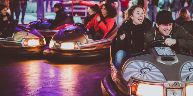 Menschen beim Autodromfahren