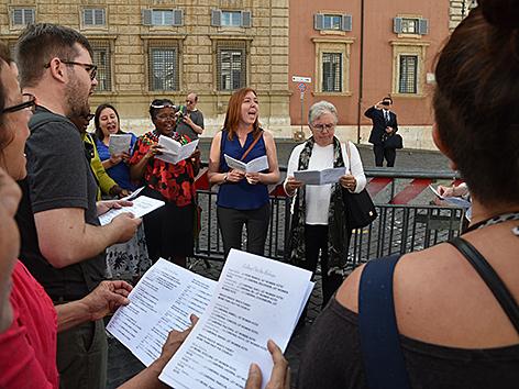 Einige Frauen der Organisation Women's Ordination Conference protestierten mit Singchören für die Beteiligung von Frauen in der Kirche
