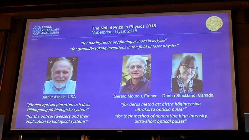 Projektion aus der Wissenschaftsakademie in Stockholm: Die drei Physiknobelpreisträger(innen) des Jahres 2018