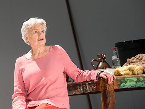 """Szene aus dem Theaterstück """"Marias Testament"""" mit Nicole Heesters als Maria"""
