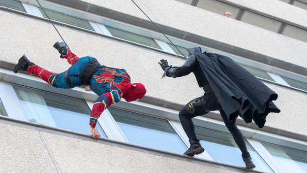 Superhelden besuchen AKH