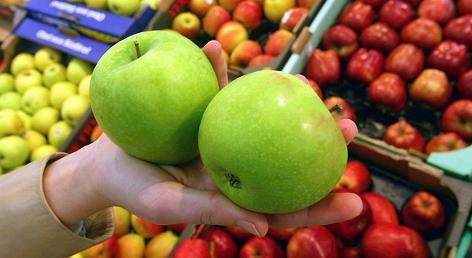 Verschiedene Apfelsorten in einem Supermarkt