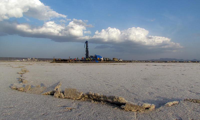 Bohrturm im ausgetrockneten Salzsee
