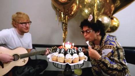 Ed Sheeran singt Bruno Mars ein Ständchen