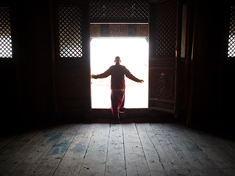 Ein buddhistischer Mönch in einem Tor
