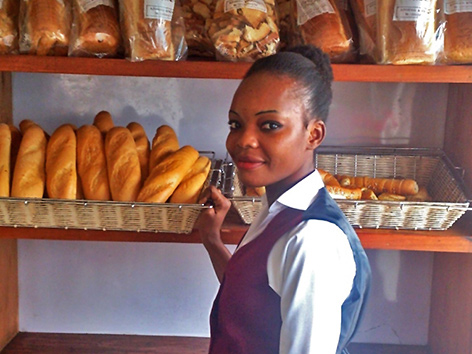 Junge Frau in der Don Bosco Bäckerei in Kinshasa, Demokratische Republik Kongo