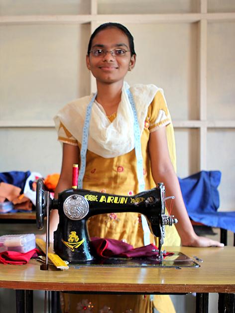 Ein Mädchen mit Nähmaschine in Indien
