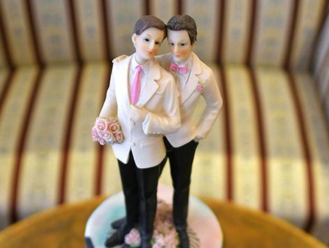 Ein gleichgeschlechtliches Pärchen aus Plastik auf einer Hochzeitstorte