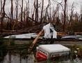 Geknickte Bäume, Wohnwagen schwimmt im Wasser