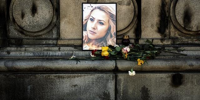 Fotos und Blumen zum Gedenken an die ermordete Journalistin
