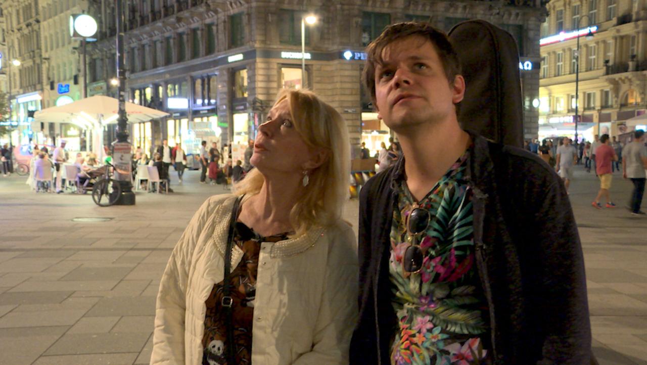 Nino aus Wien und Gerda Rogers vor dem Stephansdom