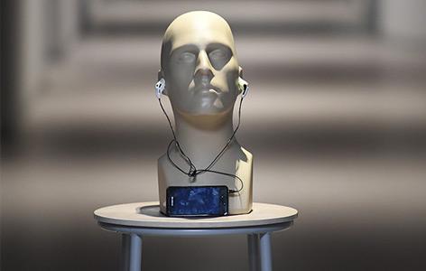 Modell eines Kopfes mit Kopfhörern