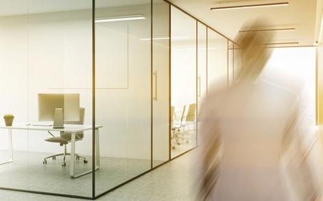 Leeres Büro und verschwommener Mann, Arbeitsplatz, Glaskontainer