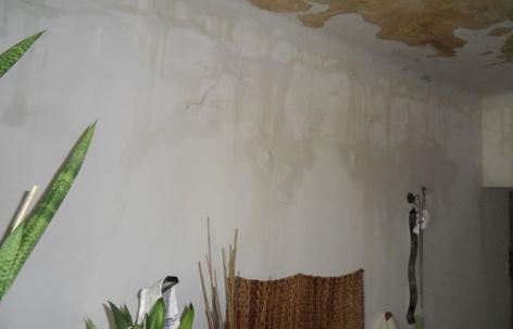 Wasser an Wänden und Decke nach Wassereinbruch in Wohnung