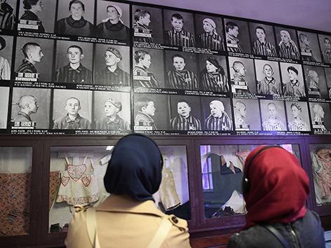 Zwei muslimische Teilnehmerinnen bei einem Besuch in Auschwitz
