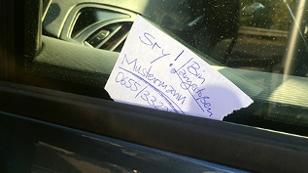 Hinterlassene Nachricht an einem Auto