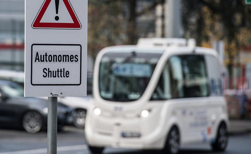 """Ein Schild """"Autonomes Shuttle"""" weist im Oktober 2017 auf dem Flughafen in Frankfurt am Main auf eineTestbetrieb hin"""