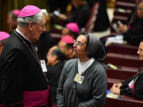 Der belgische Bishof Luc Van Looy  und die italienische Ordensschwester Alessandra Smerilli bei der Jugendsynode im Vatikan