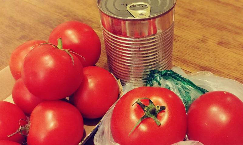 Tomaten, im Hintergrund eine Dose
