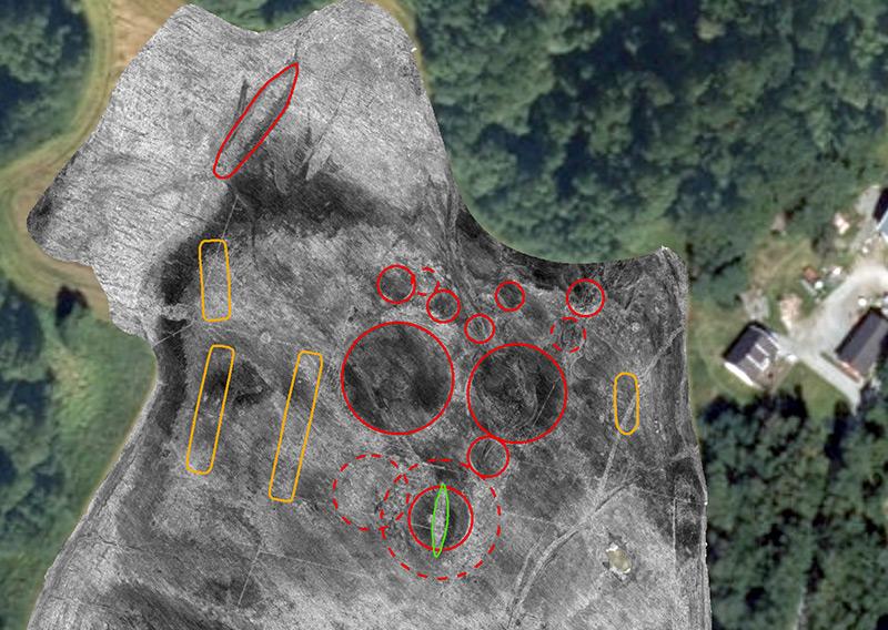 Mehrere Grabhügel (rot) und Wohnhäuser (gelb) der Wikinger, rechts unten der Ort des entdeckten Wikingerschiffs