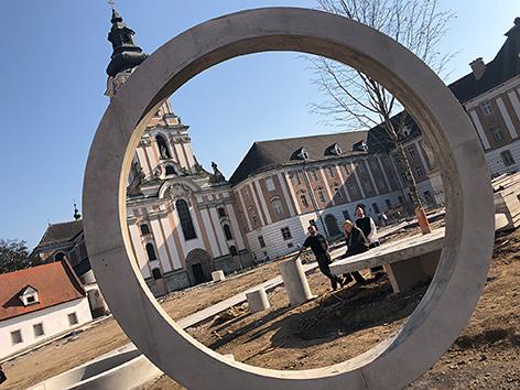 Betonringe im Hof von Stift Wilhering