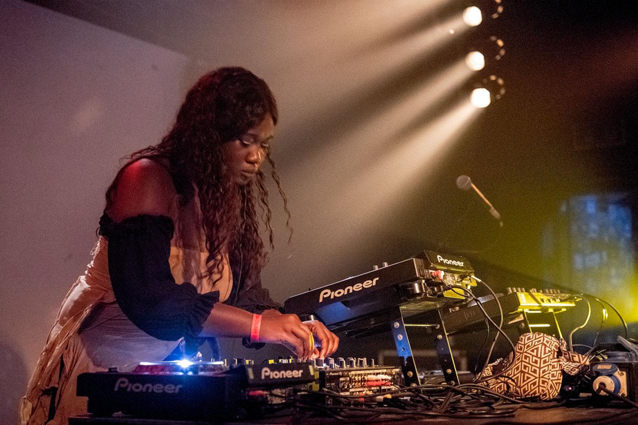"""DJ CrystallMess bei der """"African Futurisms""""-Konferenz"""