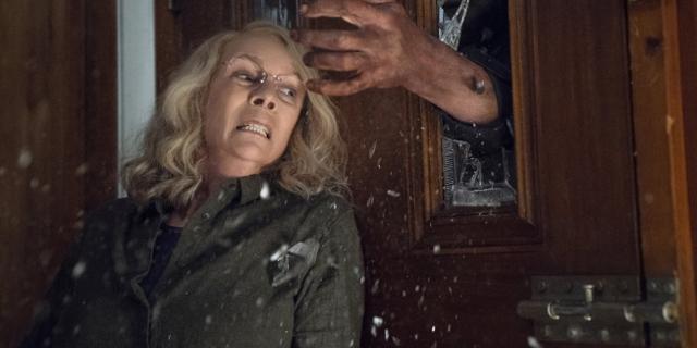 """Szene aus dem Film """"Halloween"""", in der eine Hand nach einer Frau greift."""