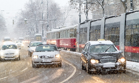 Autos im dichten Schneefall auf der Wiener Ringstraße
