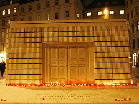 Das Mahnmal am Judenplatz in Wien mit Kerzen davor