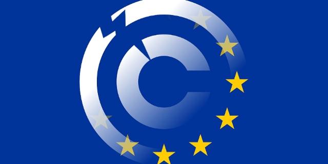 EU-Fahne verwebt mit Copyright-Zeichen, hat einen Riss