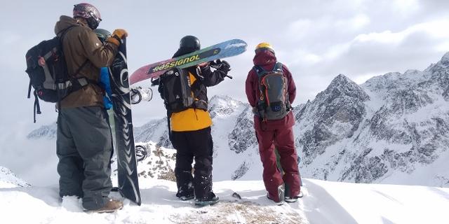 Snowboarder vor Bergkulisse