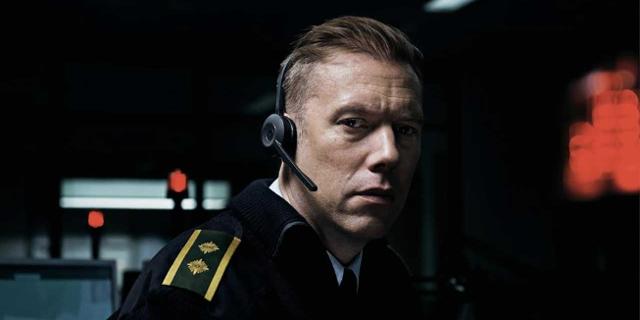 Polizist mit Headset nachts